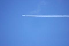 有一次白色轨道飞行的喷气机在蓝天 图库摄影