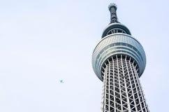 有一次飞机飞行的偶象东京Skytree在天空 库存照片