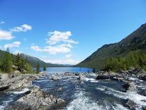 有一河流动的印锑秘鲁货币单位的美丽的蓝色山湖它 库存照片