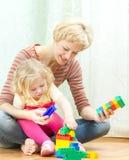 有一点女儿使用的母亲 免版税图库摄影