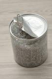 有一点开放把与金属盒盖罐子的锡进行下去 库存图片
