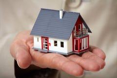 有一点房子的手 免版税库存图片