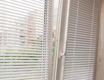 有一点打开与软百叶帘的现代塑料窗口 库存图片