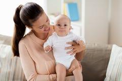 有一点男婴的愉快的母亲在家 图库摄影