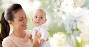有一点男婴的愉快的母亲 免版税图库摄影