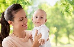 有一点男婴的愉快的母亲 库存照片