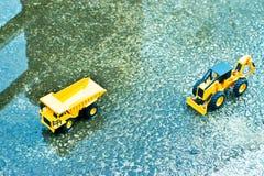 有一点的水和从上面看一辆民间玩具的汽车的水泥地板卡车下来 库存照片