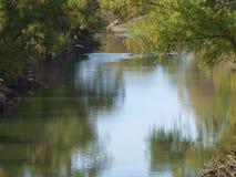 有一点颜色变动的平静的特里尼蒂河 免版税库存照片