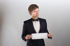 有一片白色叶子的英俊的人 免版税库存图片