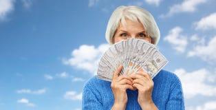 有一百美元金钱钞票的资深妇女 库存照片