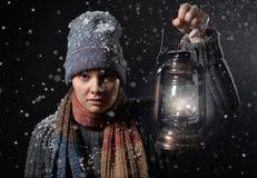 有一盏煤油灯的女孩在晚上 免版税库存图片