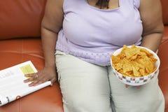 有一碗的肥胖妇女烤干酪辣味玉米片 库存照片