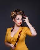 有一种创造性的构成和发型的女孩摄影师 免版税库存照片