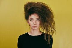 有一种奇怪的发型的女孩 免版税库存图片