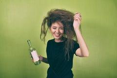 有一种奇怪的发型的女孩 免版税图库摄影
