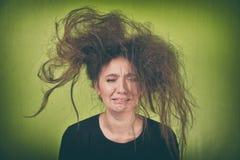 有一种奇怪的发型的恼怒的妇女 库存照片