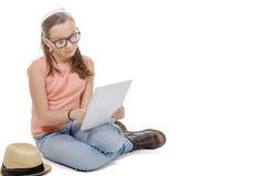 有一种数字式片剂的女孩 免版税库存照片
