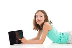 有一种数字式片剂的小女孩 库存图片
