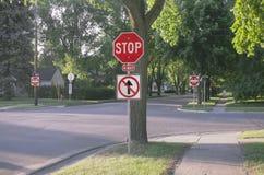 有一种方式的四种方式的停车牌在美国郊区 免版税图库摄影