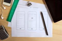 有一种流动应用的纸原型的设计师书桌 免版税图库摄影