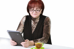 有一种片剂的妇女在白色背景的桌上 免版税库存照片
