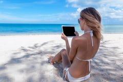 有一种片剂的少妇在一种热带天堂手段 C 库存照片