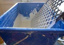 有一种白色颜色的蓝色桶墙壁油漆的 库存照片