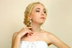 有一种美好的发型的新娘 图库摄影