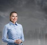 有一种都市风景的女实业家在背景中 免版税库存图片