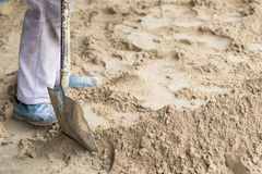 有一种铁锹运转的挖掘机的工作者在建筑建筑工地 图库摄影