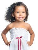 有一种非洲的发型的快乐的小女孩吃巧克力曲奇饼的 免版税库存图片