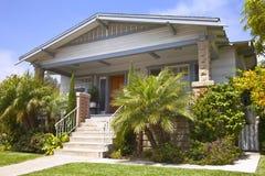 有一种绿色接触的洛马角加利福尼亚传统房子。 库存照片