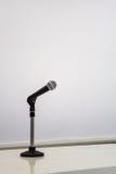 有一空白的whiteboard的话筒 库存图片