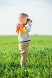 有一老照相机射击的小男孩室外 库存图片