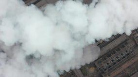 有一股大管子厚实的白色烟的工业区从工厂管子倾吐 环境的污染:a 股票录像