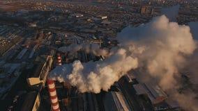 有一股大管子烟的工业区从工厂管子倾吐 股票录像