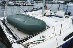有一艘橡皮艇的大白色航行筏在船上 免版税库存图片