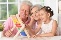 有一起使用的孙女的祖父母 免版税库存照片