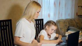 有一起做家庭作业的女孩的妇女 图库摄影