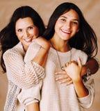 有一起拥抱成熟的母亲的, tann混血儿的时尚样式深色的构成关闭逗人喜爱的相当青少年的女儿 库存图片