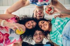 有一起获得他们的头的青年人乐趣 免版税库存照片