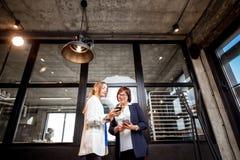 有一起谈话的女商人的面包店办公室 免版税库存图片