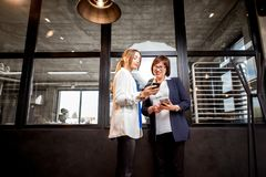 有一起谈话的女商人的面包店办公室 免版税库存照片