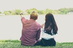有一起活动的恋人在湖附近 免版税图库摄影