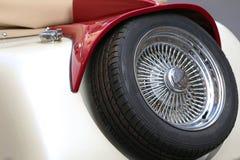 有一辆古老葡萄酒汽车的镀铬物外缘的备用轮胎 免版税库存图片