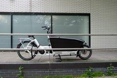 有一辆台车的自行车孩子的 图库摄影