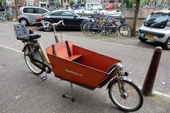 有一辆台车的自行车孩子的 免版税图库摄影