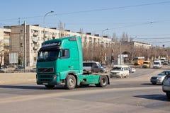 有一辆坦克的卡车石油产品的运输的在桥梁上升 免版税图库摄影