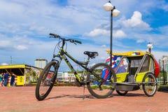 有一辆婴儿推车的一辆自行车在自行车租务 切博克萨雷,俄罗斯, 19/05/2018 免版税库存图片