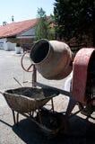 有一辆常设婴儿推车的水泥搅拌车机器 免版税库存图片